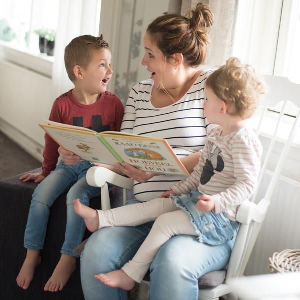 """Leuk met je oudere kindjes je zwangerschap laten vastleggen zoals dit gezinnetje zittend in een schommelstoel met het boek """"Raad eens hoeveel ik van je hou"""" . Ik kom naar je toe. Lisa Muller Fotografie werkt in heel Nederland"""