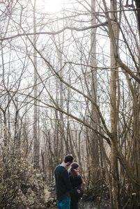 Zwangerschapsfotografie in een moody stijl in een bos. Wil je dat ook? Neem dan contact op met Lisa Muller Fotografie Heerhugowaard Alkmaar en omstreken