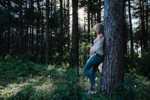 Zonsondergang in een dennenbos met een zwangere dame als model. Wil je ook zoiets moois?