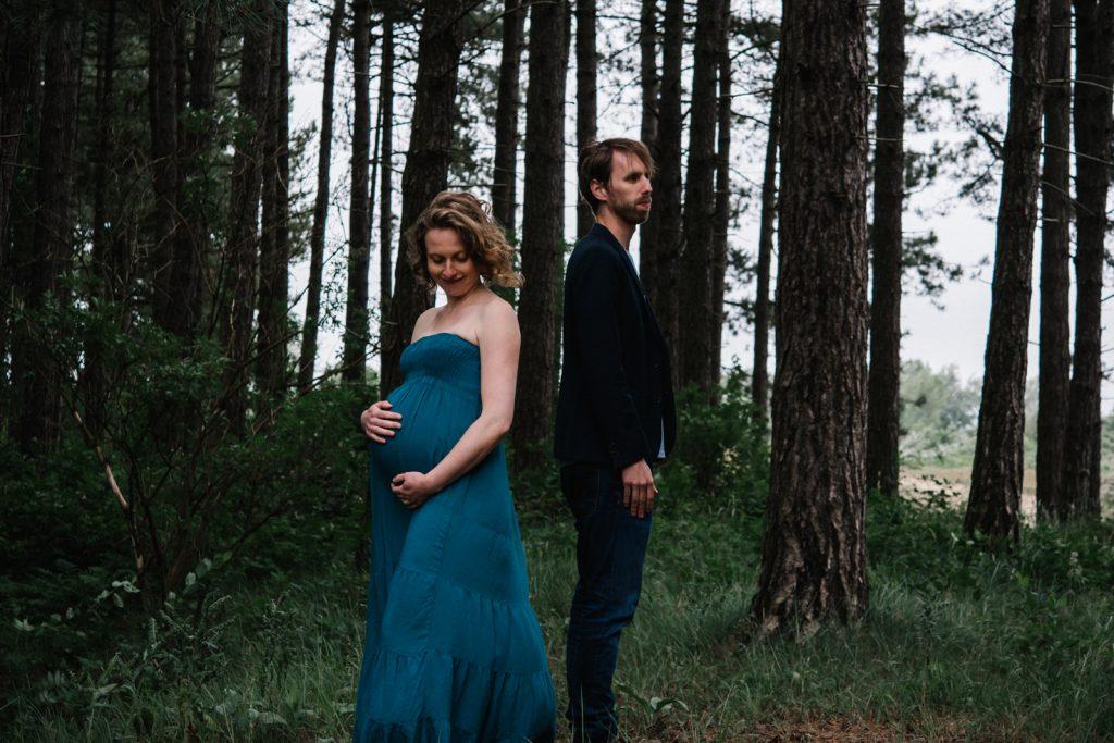 Moody zwangerschapsfotografie door Lisa Muller Fotografie