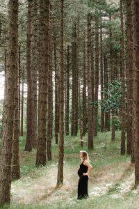 een verticale foto van een zwangere dame in een zwarte jurk. Mooi he? Voor vragen en informatie kijk op www.lisamuller.nl