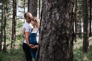 Prachtige foto van een zwanger stel in een mooi bos. Maternityshoot
